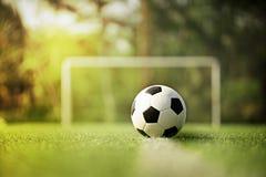 Le football ou le football sur le champ vert Photographie stock libre de droits