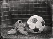 Le football porté par s de ` d'enfants Photos stock