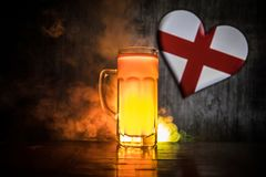 Le football 2018 Seul verre de bière sur la table au fond brumeux modifié la tonalité foncé Appui Angleterre avec le concept de b Photographie stock