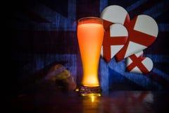 Le football 2018 Seul verre de bière sur la table au fond brumeux modifié la tonalité foncé Appui Angleterre avec le concept de b Photographie stock libre de droits