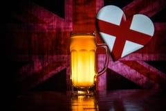 Le football 2018 Seul verre de bière sur la table au fond brumeux modifié la tonalité foncé Appui Angleterre avec le concept de b Images stock