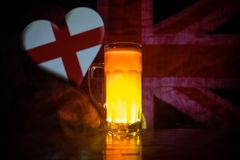 Le football 2018 Seul verre de bière sur la table au fond brumeux modifié la tonalité foncé Appui Angleterre avec le concept de b Photos stock