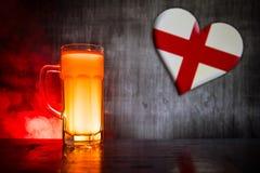 Le football 2018 Seul verre de bière sur la table au fond brumeux modifié la tonalité foncé Appui Angleterre avec le concept de b Photos libres de droits