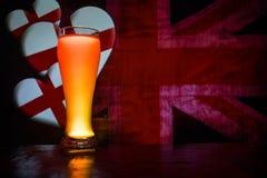 Le football 2018 Seul verre de bière sur la table au fond brumeux modifié la tonalité foncé Appui Angleterre avec le concept de b Image libre de droits