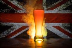 Le football 2018 Seul verre de bière sur la table au fond brumeux modifié la tonalité foncé Appui Angleterre avec le concept de b Photo stock