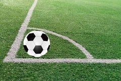 Le football sur le champ vert Photo stock