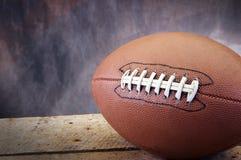 Le football sur des vieillesses en bois Images stock