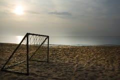 Le football sur la plage Image libre de droits