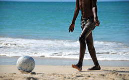 Le football sur la plage Photographie stock