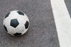 Le football sur la route Images libres de droits