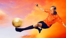 Le football sur le ciel Images stock