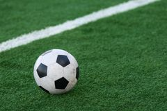 Le football sur une herbe de stade Image libre de droits