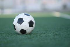 Le football sur une herbe de stade Photo stock