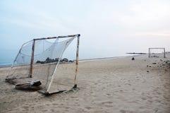 Le football sur une plage images stock