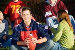Le football : Type du football avec des amis au pique-nique Photographie stock