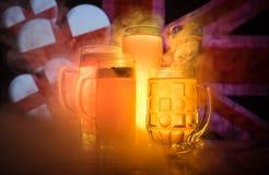 Le football 2018 Verres de bière sur la table au fond brumeux modifié la tonalité foncé Appui Angleterre avec le concept de bière Photographie stock