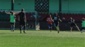 Le footballeur court, frappe la boule après le filet, brouillé pour le fond banque de vidéos