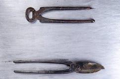 Le forbici per metallo e le tenaglie mettono su uno strato del alluminium Immagine Stock Libera da Diritti