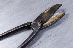 Le forbici per metallo mettono su uno strato del alluminium Immagine Stock Libera da Diritti