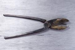 Le forbici per metallo mettono su uno strato del alluminium Immagini Stock