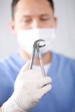 Le forceps de extraction du dentiste photographie stock