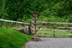 Le foreste scozzesi, autunno, alimentatore dell'uccello fotografia stock libera da diritti