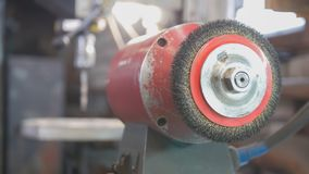 Le forgeron installe l'équipement pour le smithcraft photo stock