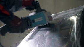 Le forgeron ou le soudeur, avec son meulage lisse l'acier et le fer, dans le mouvement lent extrême, pour rendre la surface lisse clips vidéos