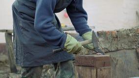 Le forgeron travaille le métal Artisan, le montagnard sur la forge privée dans le village La combustion ouvre une session le forg banque de vidéos
