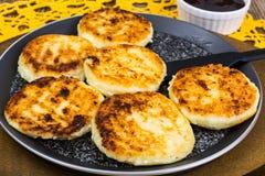 Le formage caillé délicieux durcit avec la poudre de sucre photographie stock libre de droits