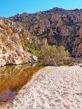 Le formazioni rocciose di Polyaigos, un'isola delle Cicladi greche immagine stock libera da diritti