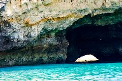 Le formazioni rocciose e la spiaggia sull'Algarve costeggiano, il Portogallo Immagini Stock Libere da Diritti