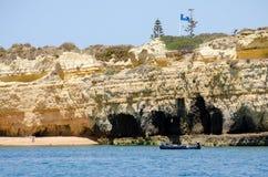 Le formazioni rocciose e la spiaggia sull'Algarve costeggiano, il Portogallo Immagine Stock Libera da Diritti