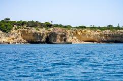 Le formazioni rocciose e la spiaggia sull'Algarve costeggiano, il Portogallo fotografia stock libera da diritti