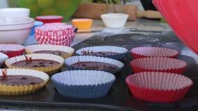 Le forme dei muffin riempiono di pastella stock footage
