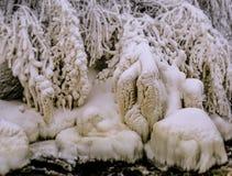 Le forme ghiacciate vicino ad una piccola caduta Immagine Stock