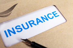 Le formulaire de réclamation d'assurance dans l'enveloppe brune, peut employer le concep d'assurance Photos stock