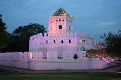 Le fort de Pkhra Sumen de forteresse en égalisant l'illumination violette bangkok thailand Photographie stock libre de droits
