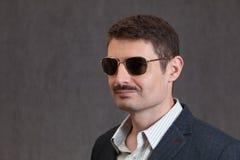 Le fortiesmannen med en mustasch och solglasögon Arkivfoton
