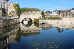 Le fortificazioni sono riflesse nel fiume di Loir (Francia) Fotografia Stock Libera da Diritti
