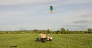 Le forze di potenza del natura-vento sposta il buggy sopra il campo Immagini Stock