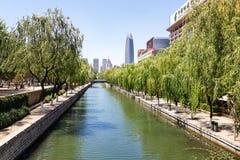 Le fossé de ville qui fonctionne autour de la vieille ville de Jinan Photos stock