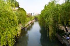 Le fossé de ville qui fonctionne autour de la vieille ville de Jinan, Chine Photos stock