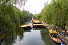 Le fossé de ville qui fonctionne autour de la vieille ville de Jinan, Chine Photographie stock libre de droits