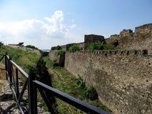 Le fossé près du mur en pierre de la forteresse d'Akkerman dans Bilhorod-Dnistrovskyi Ukraine images libres de droits