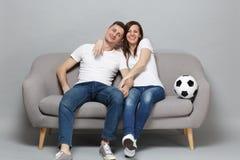 Le fotbollsfan för parkvinnaman i vitt t-skjorta jubel upp det favorit- laget för service med fotbollbollen på grå färger royaltyfri bild