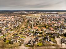 Le foto aeree di un villaggio in Germania hanno attraversato da una linea ferroviaria a un solo binario con il cielo grigio nei p Fotografie Stock
