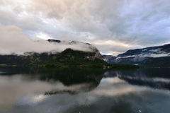 Le foto della montagna e del lago con la mattina annebbiano sopra il lago in Hallstatt dell'Austria Fotografie Stock Libere da Diritti