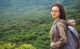 Le fotvandrarekvinnan som är utomhus- i sommar Arkivbild