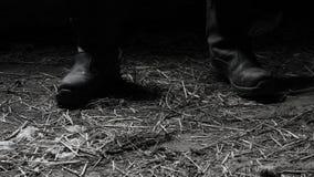 Le fou dans les bottes noires dans le hangar Photographie stock libre de droits